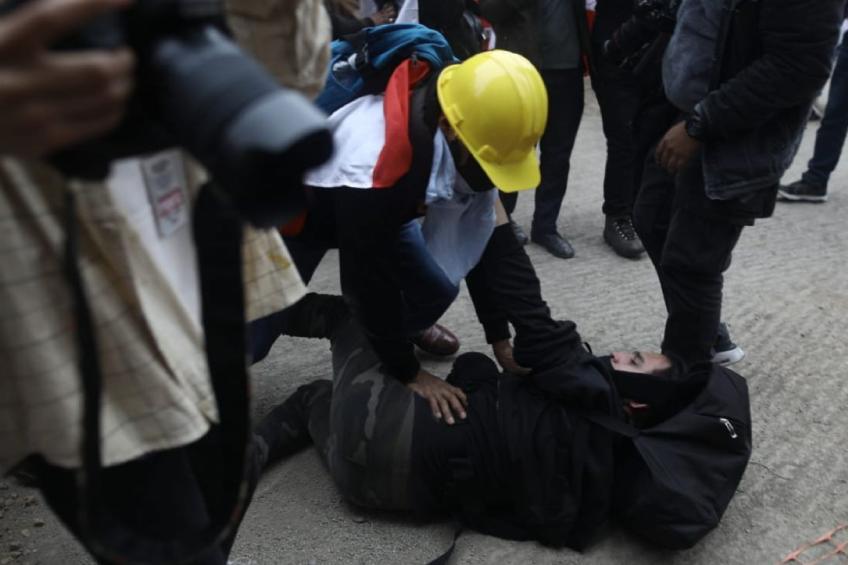 Perú: simpatizantes de Fuerza Popular agreden a reportero gráfico